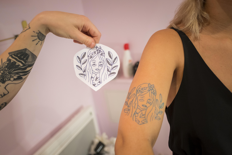 """ça, c'est la pose du Stencil, pas de panique, vous pouvez le déplacer """"presque"""" à l'infini pour trouver le bon endroit de votre tatouage !"""